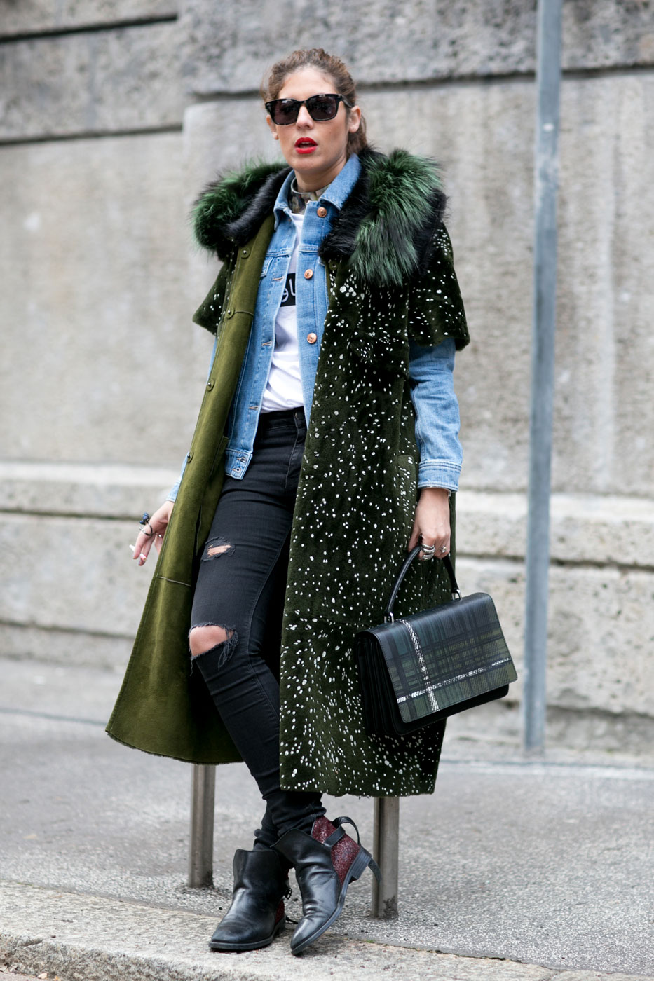 Grazia продолжает публиковать героев street style-хроники, в сегодняшний  отчет попали самые яркие образы второго дня Недели моды в Милане. 1dc2695edba