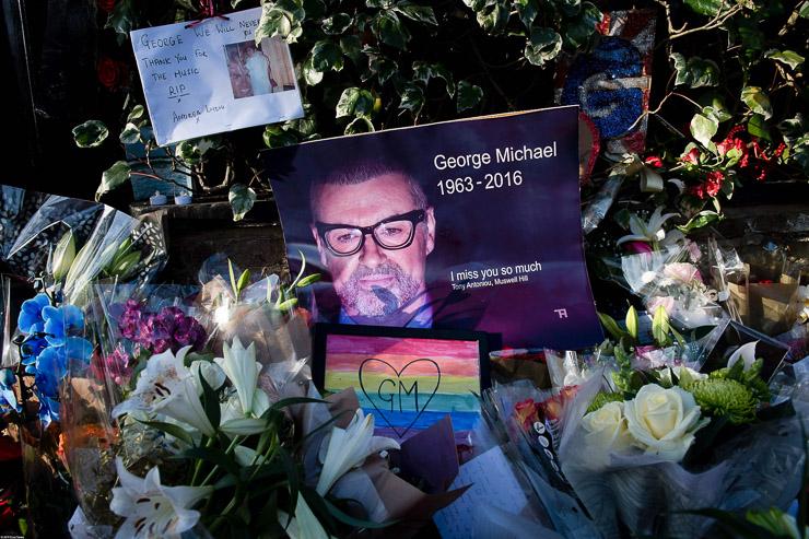 Стихийный мемориал возле дома Джорджа Майкла
