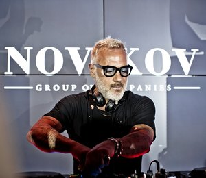 Танцующий миллионер открыл летний сезон вNovikov Group