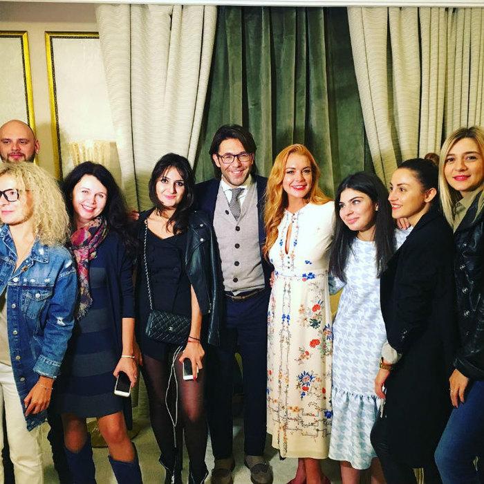 Линдси Лохан сАндреем Малаховым исъемочной командой
