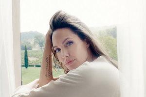 Вернулась к работе: Анджелина Джоли снялась в рекламе аромата Guerlain