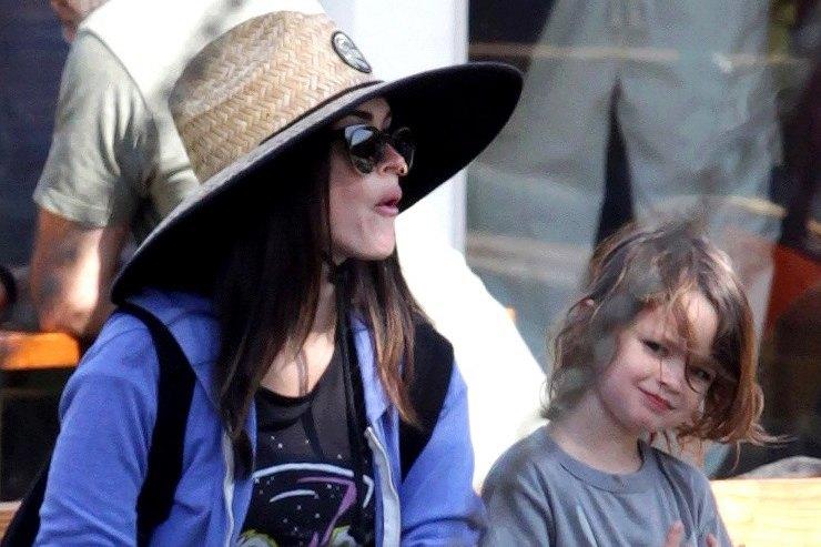 Меган Фокс одевает сына как девочку