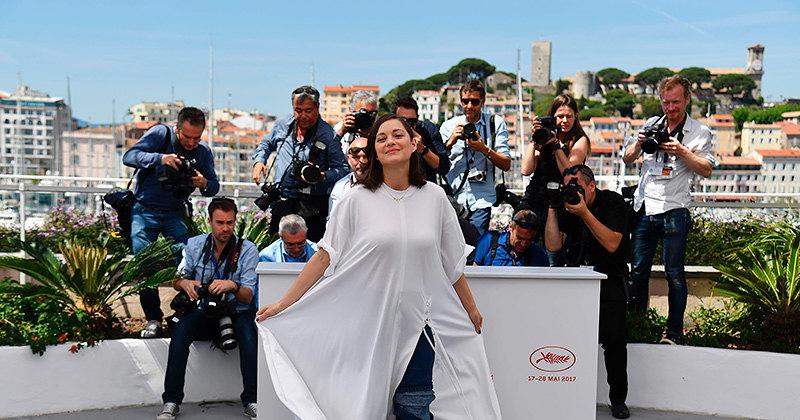 Универсальный солдат: 5 белых платьев, которые можно носить сджинсами (и без)
