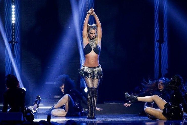 Грудь Бритни Спирс выпала изкупальника впроцессе концерта