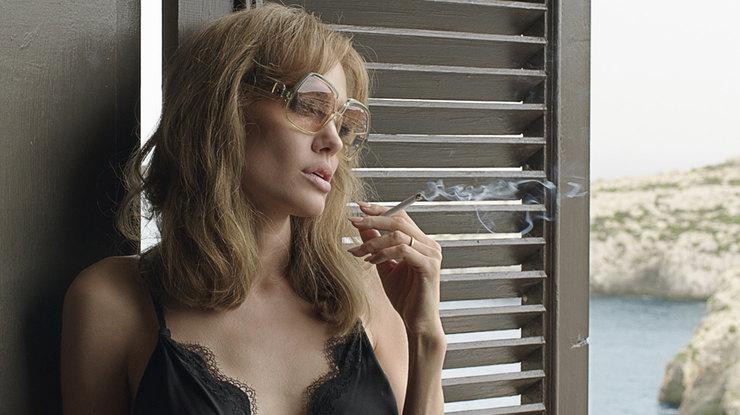 Анджелина Джоли выкуривает две пачки сигарет вдень, позабыв ораке